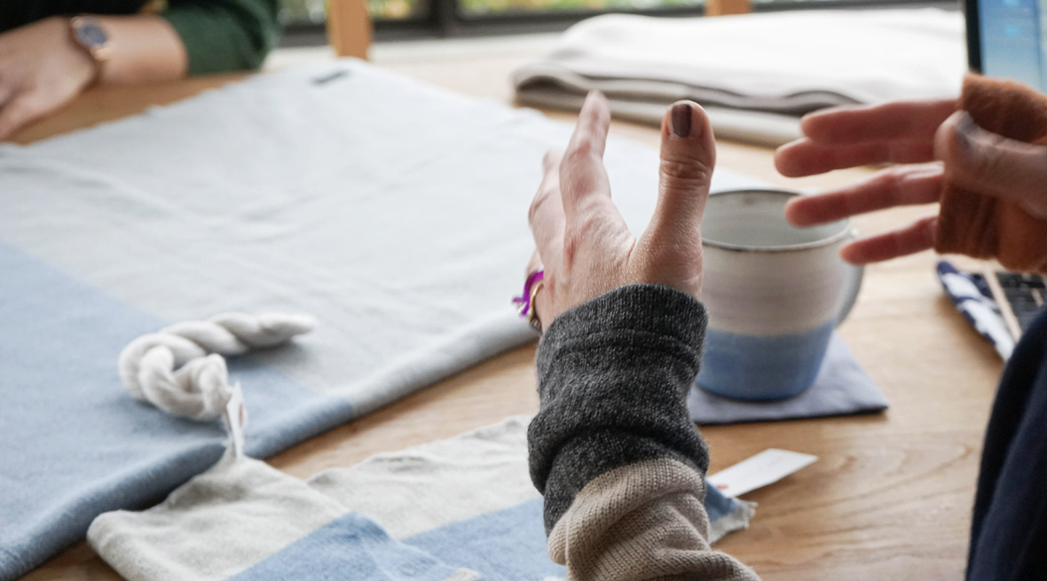 繭玉から糸を紡ぎ